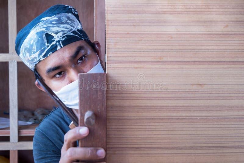 Młody męski cieśla bierze strugarkę z drewnem w warsztacie obraz royalty free