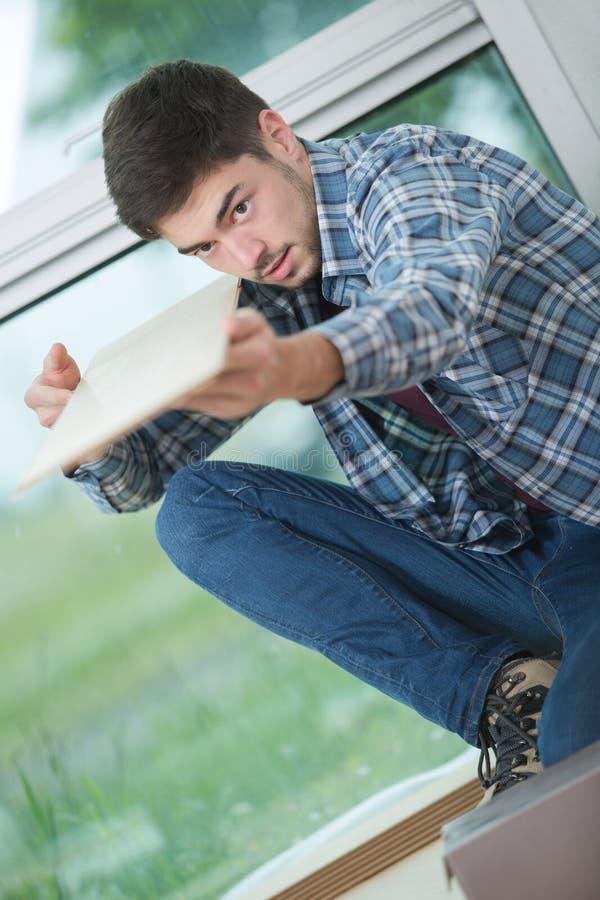 Młody męski drewniany ekspert sprawdza ilości deskę obrazy stock