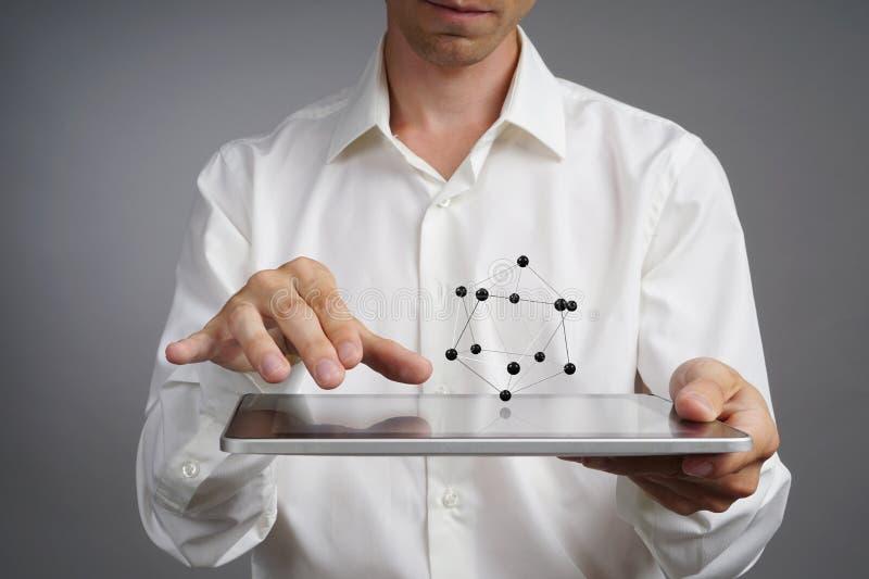 Młody męski naukowiec pracuje z modelem atom obraz stock