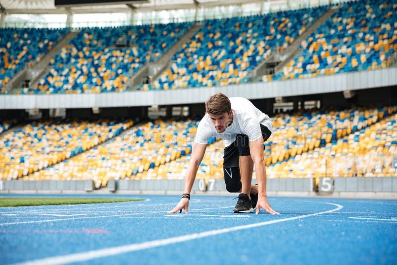 Młody męski szybkobiegacz wokoło zaczynać rasy zdjęcia royalty free