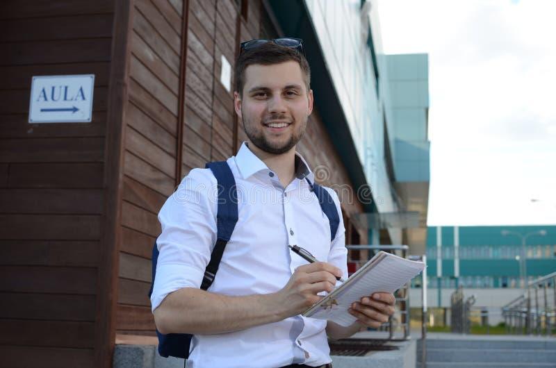 Młody męskiego ucznia ono uśmiecha się zdjęcie royalty free