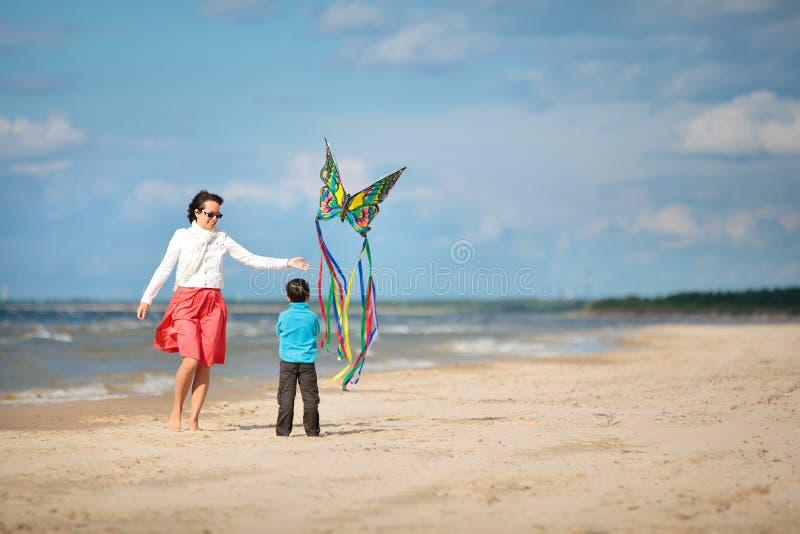 Młody mather i jej syn bawić się z kanią obraz royalty free