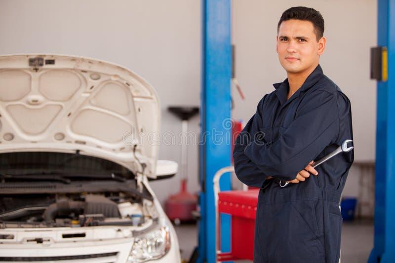 Młody mechanik przy auto sklepem zdjęcie stock