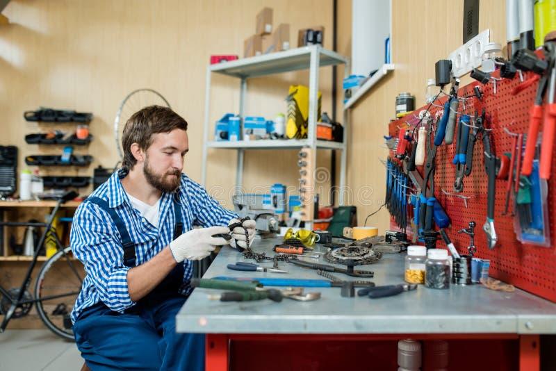 Młody mechanik Zawijający up w pracie zdjęcie stock