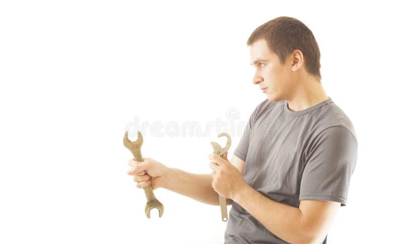 Młody mechanika mężczyzna mienia wyrwania narzędzie zdjęcia royalty free