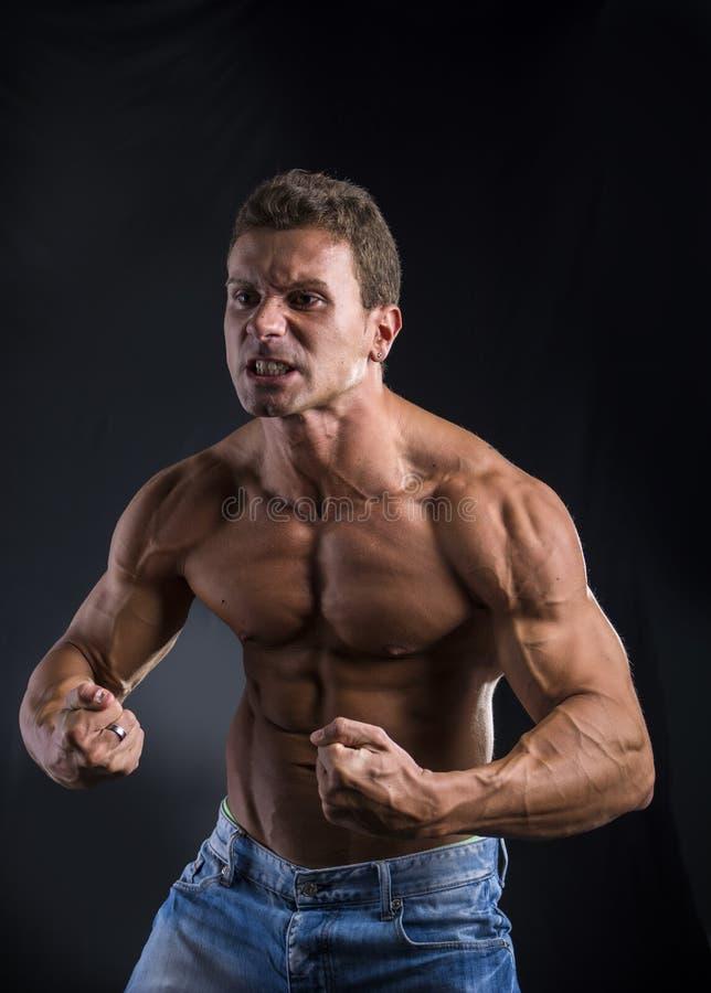 Młody mięśniowy atlety pozować obrazy stock
