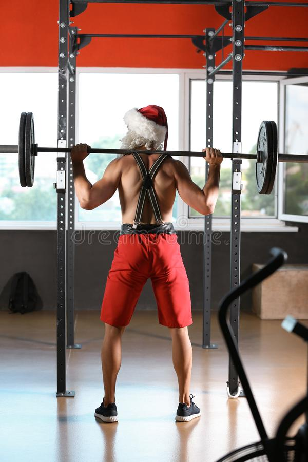 Młody mięśniowy mężczyzna w Santa kostiumu szkoleniu fotografia stock