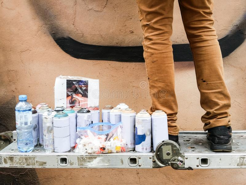 Młody miastowy malarz zaczyna rysować graffiti na ścianie w ulicie obrazy royalty free