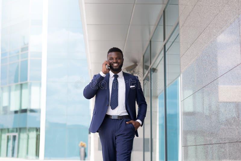 Młody millennial CEO mówienie z nowym klientem na zewnątrz biura zdjęcia stock