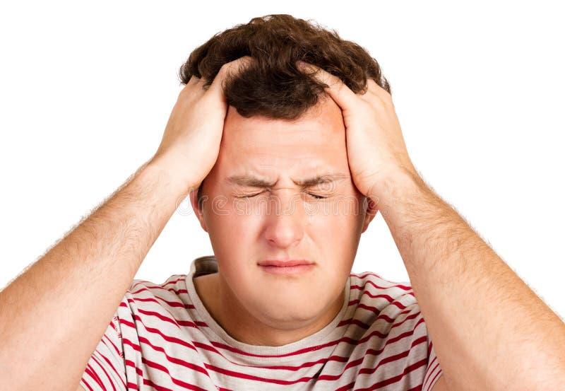 Młody modnisia facet jest ubranym białe i czerwone koszula, trzyma ręki na jego głowie, desperacko zamyka jego oczy płakać, zła w zdjęcia stock
