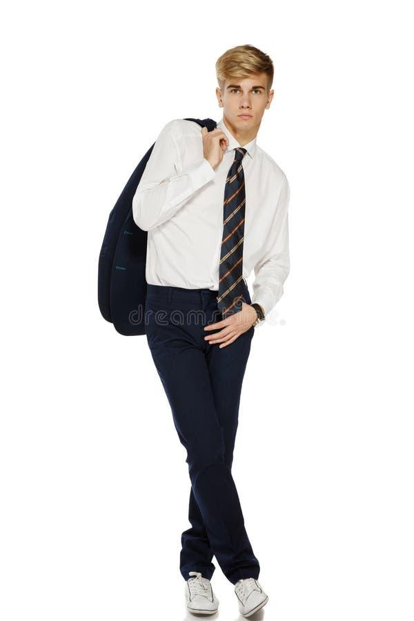 Młody modny mężczyzna z kurtką nad ramieniem obrazy stock