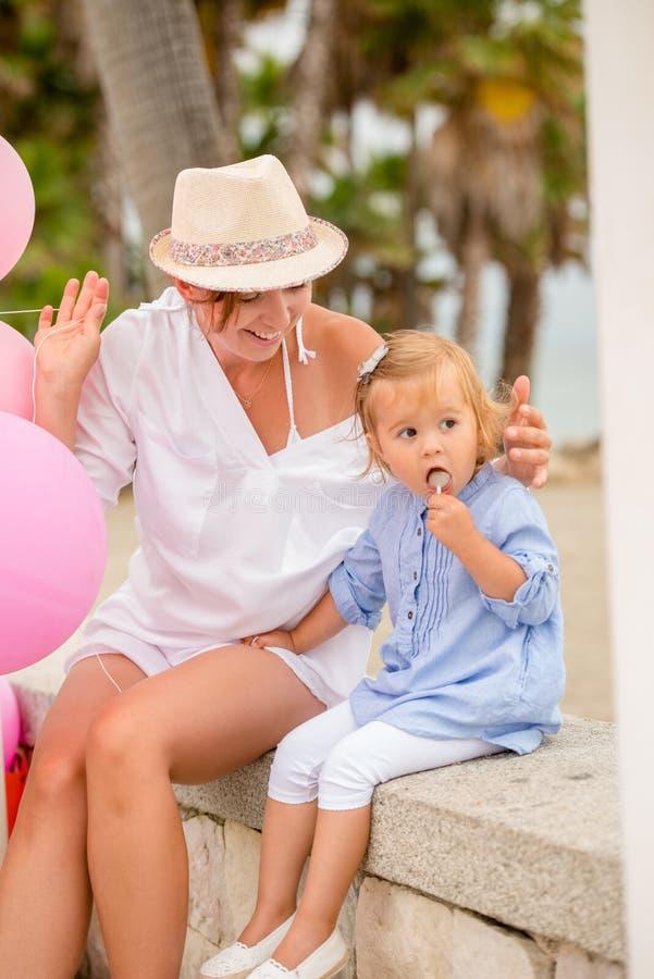 Młody Mum bawić się z jej śliczną małą córką fotografia royalty free