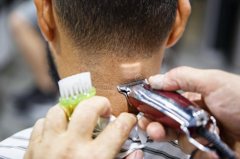 Młody murzyna klient dostaje nowego ostrzyżenie w zakładzie fryzjerskim obraz royalty free