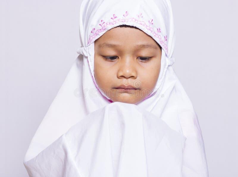 Młody muzułmański dziewczyny modlenie obrazy royalty free