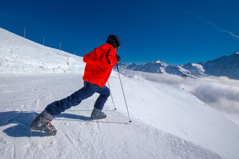 Młody narciarki nagrzanie przed narciarstwem w wiązu ośrodku narciarskim obrazy royalty free