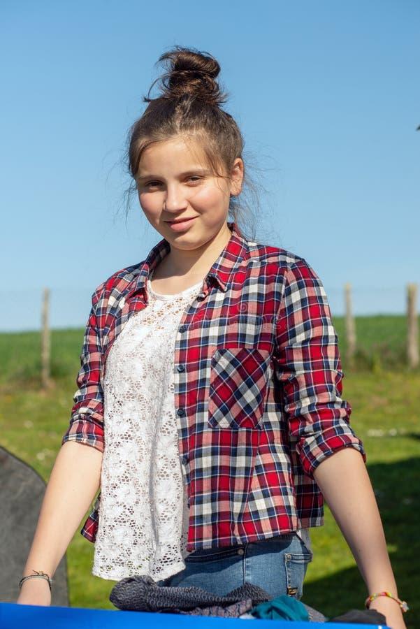 Młody nastolatka mienia kosz pralnia zdjęcie stock