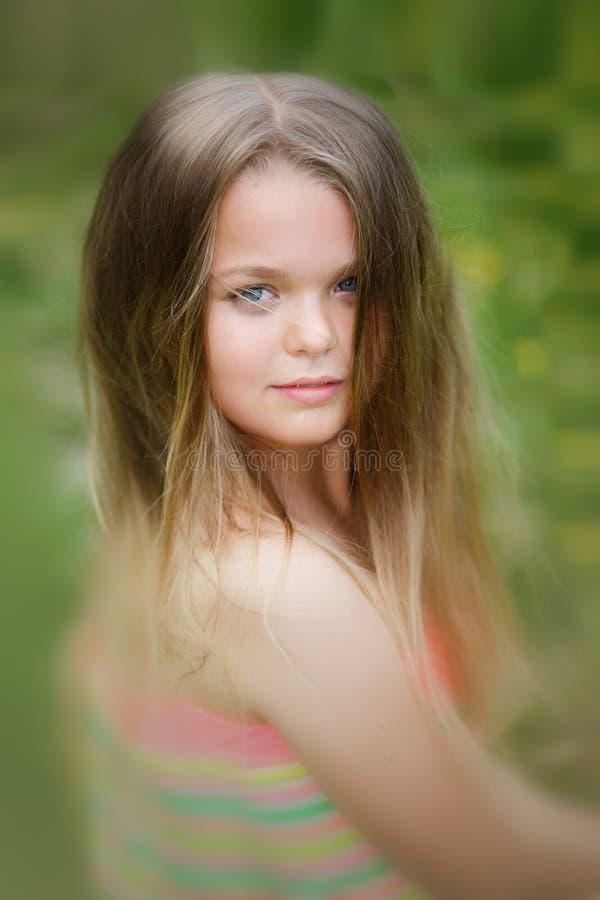 Młody nastolatka portret z naturalnym zielonym żywopłotu tłem fotografia stock