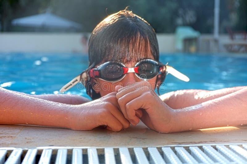 Młody nastoletni chłopak przy poolside z gogle zdjęcie royalty free