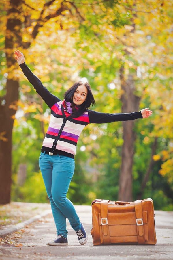 Młody nastoletni opasany z walizką w parku obrazy stock