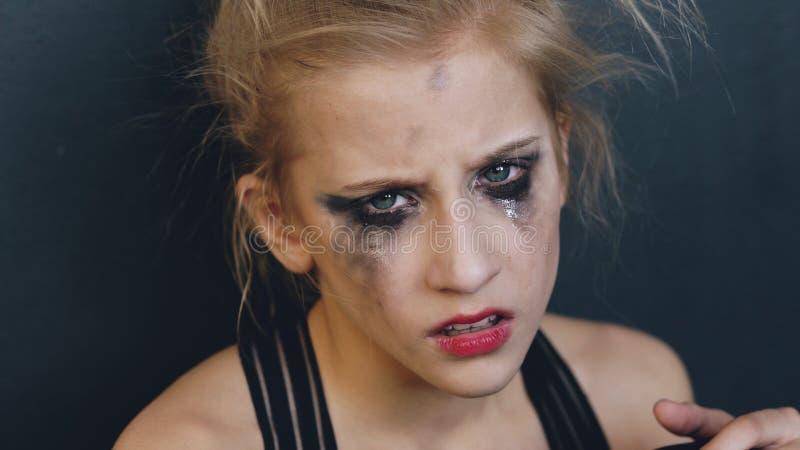 Młody nastoletnia dziewczyna tancerz jest bardzo gniewny i cierpienie po tym jak strata kasting siedzi na podłoga w tana studiu i obraz stock