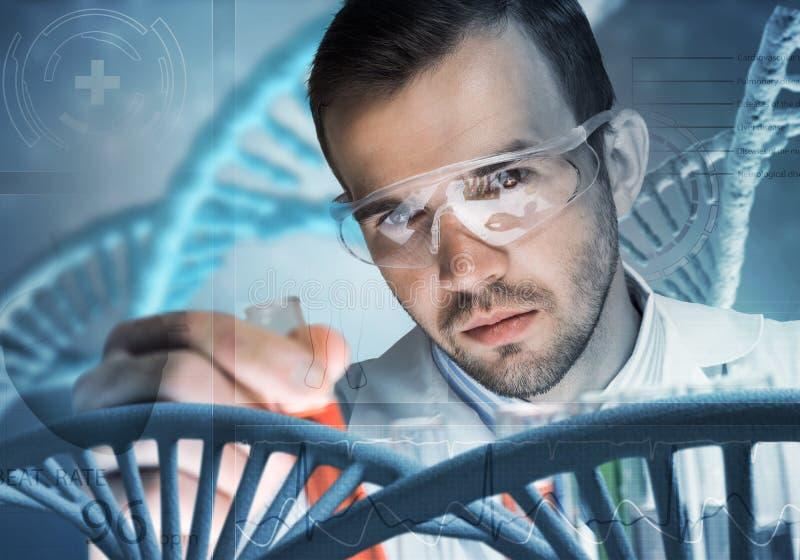Młody naukowiec miesza odczynniki w szklanej kolbie w klinicznym laboratorium zdjęcie royalty free