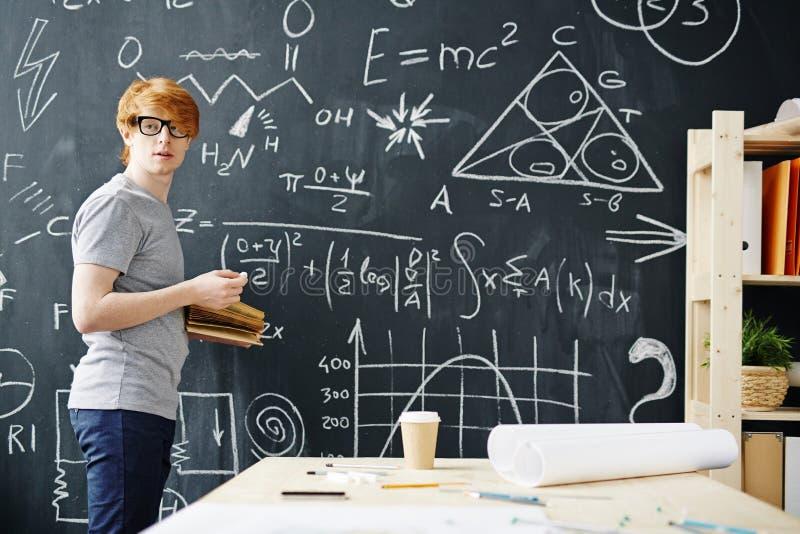 Młody naukowiec Pracuje przy Blackboard fotografia stock