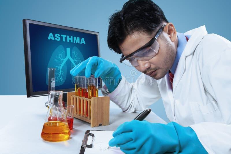 Młody naukowiec pracuje z próbnymi tubkami zdjęcie stock