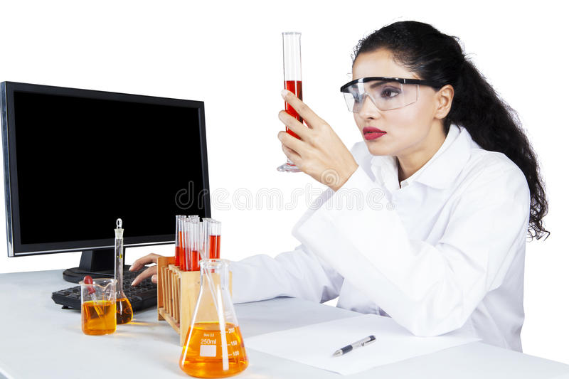 Młody naukowiec trzyma próbnej tubki fotografia royalty free
