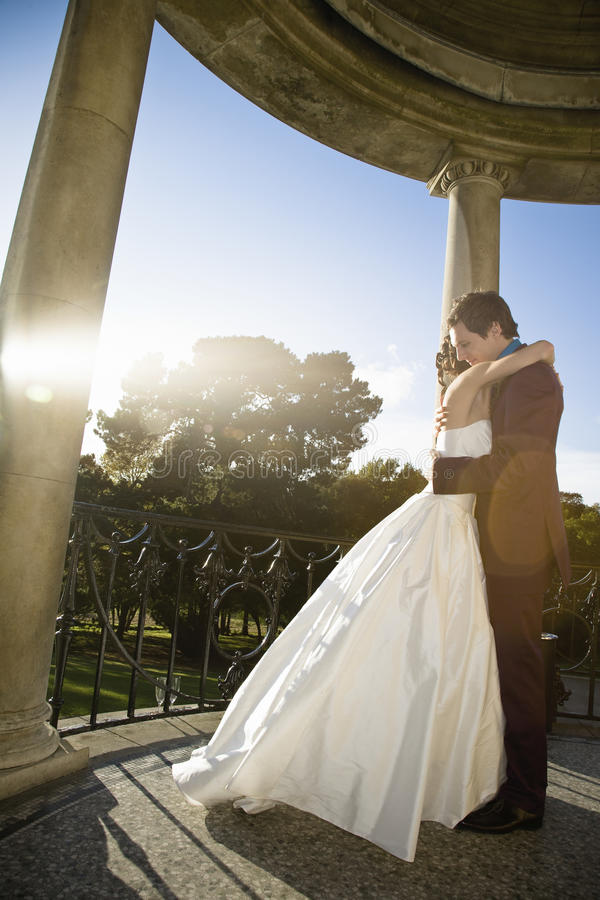 Młody nowożeńcy pary obejmowanie zdjęcia royalty free