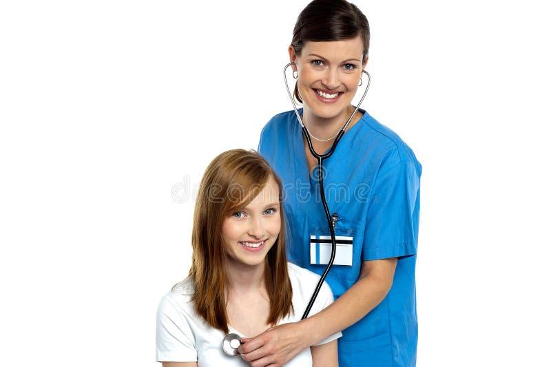 Młody pacjent jest target156_0_ rozochoconą lekarką zdjęcia stock