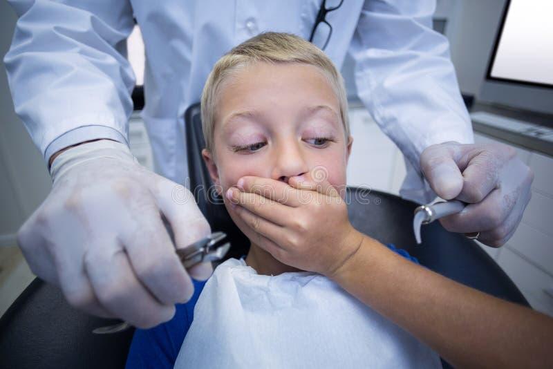 Młody pacjent okaleczający podczas stomatologicznego badania kontrolne obrazy royalty free
