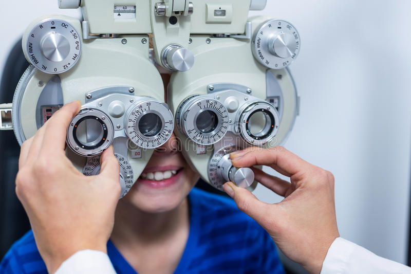 Młody pacjent pod iść oko testem przez phoropter obrazy royalty free