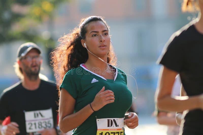 Młody piękny łaciński kobieta bieg zdjęcie royalty free