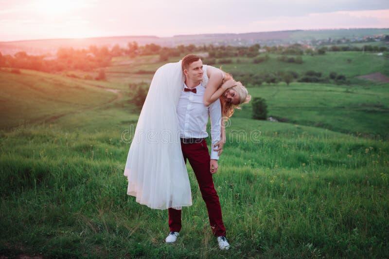 Młody piękny ślub pary przytulenie w polu zdjęcia stock