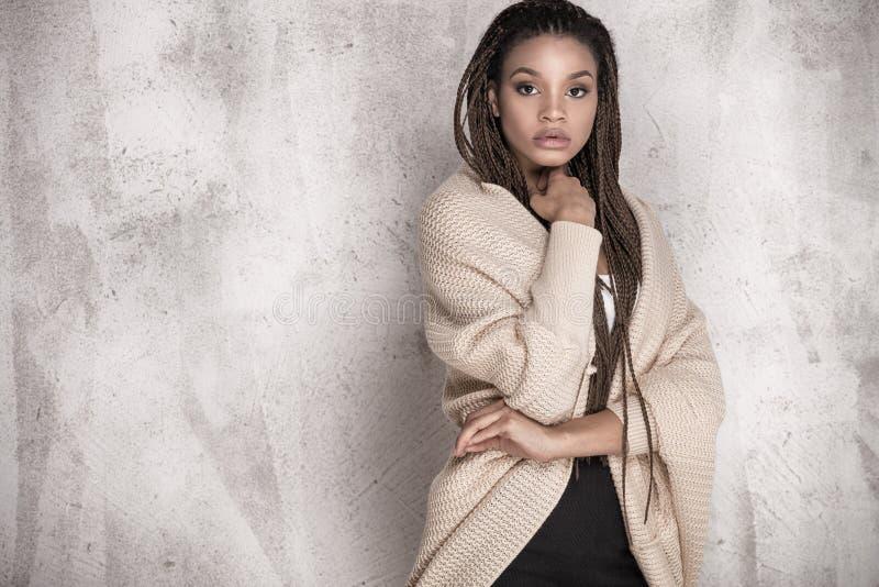 Młody piękny amerykanin afrykańskiego pochodzenia dziewczyny pozować zdjęcia stock