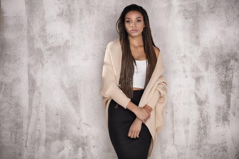 Młody piękny amerykanin afrykańskiego pochodzenia dziewczyny pozować obraz stock