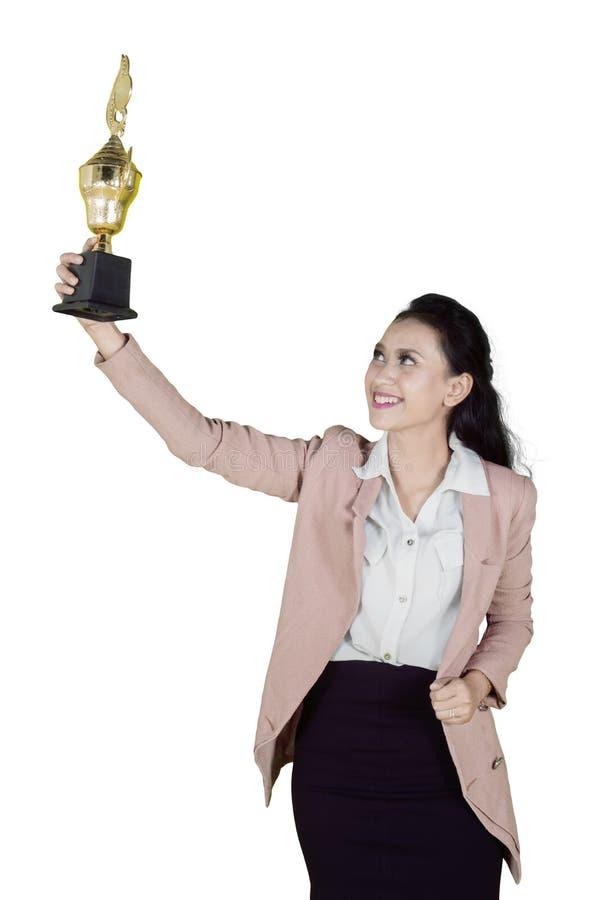 Młody piękny Azjatycki bizneswoman wygrywa trofeum ja zdjęcia royalty free