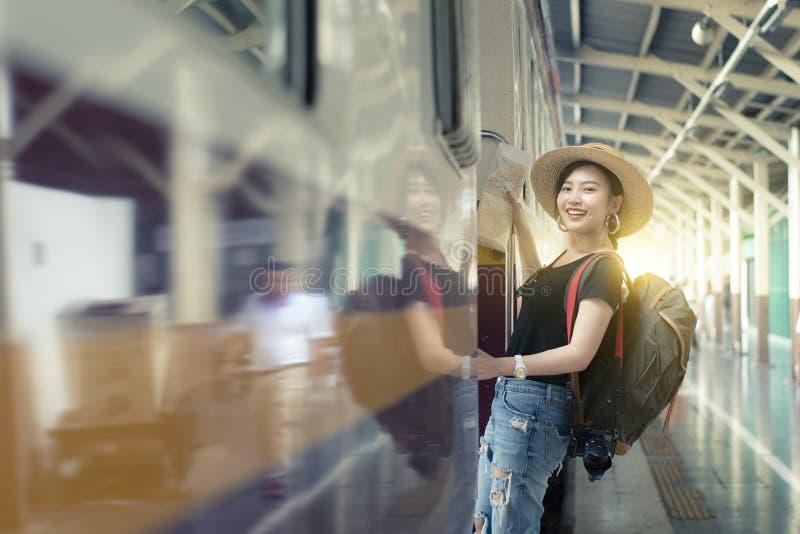 Młody piękny Azjatycki kobiety backpacker jest cieszy się podróżować pociągiem obrazy stock
