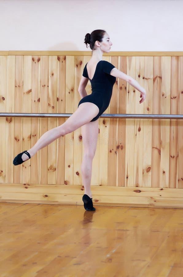 Młody piękny baletniczy tancerz pozuje w sprawności fizycznej centrum obrazy stock