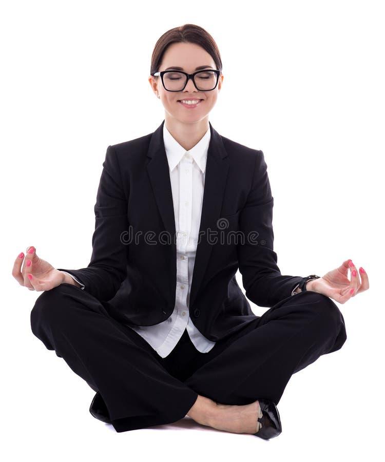 Młody piękny biznesowej kobiety obsiadanie w joga pozie odizolowywającej dalej fotografia stock