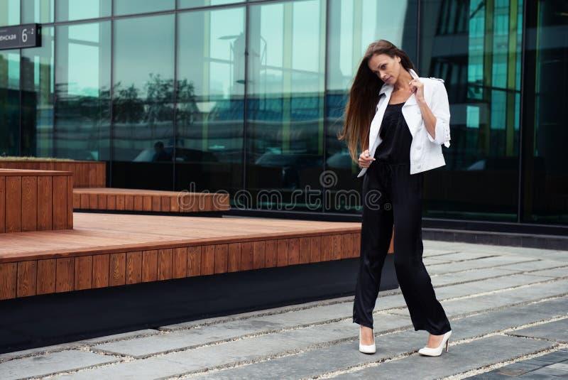Młody piękny bizneswoman outdoors obrazy stock