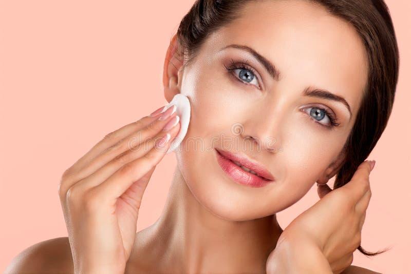 Młody piękny doskonalić modela stosuje fachowego makeup obrazy royalty free