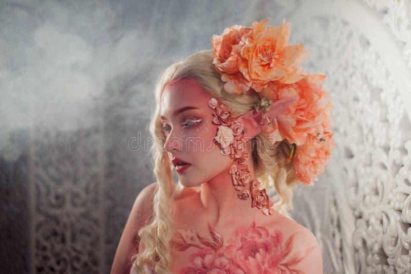 Młody piękny dziewczyna elf Kreatywnie bodyart i makijaż obrazy royalty free
