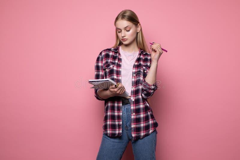 M?ody pi?kny dziewczyna kierownik z blondynka w?osy, jest ubranym przypadkowych ubrania fotografia royalty free