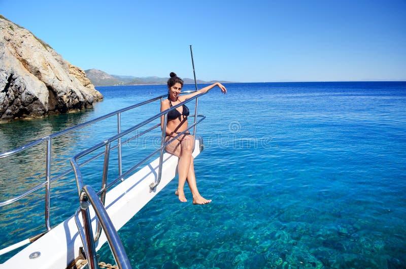 Młody piękny dziewczyny obsiadanie na jachcie przy morzem Relaksować na wodzie fotografia stock