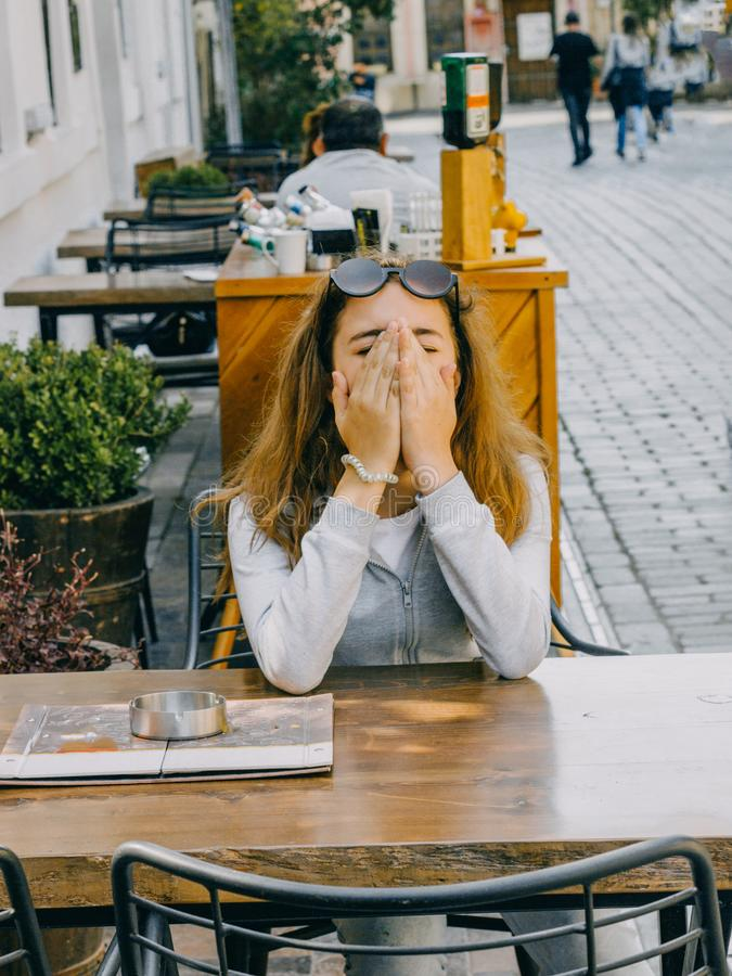 Młody piękny dziewczyny obsiadanie w ulicznej kawiarni w starym mieście Antalya obraz stock