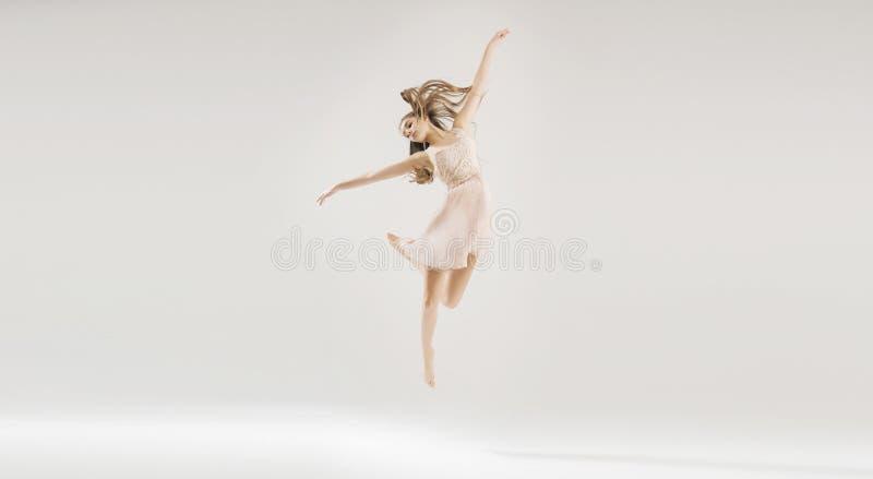 Młody piękny i utalentowany baletniczy tancerz obrazy stock