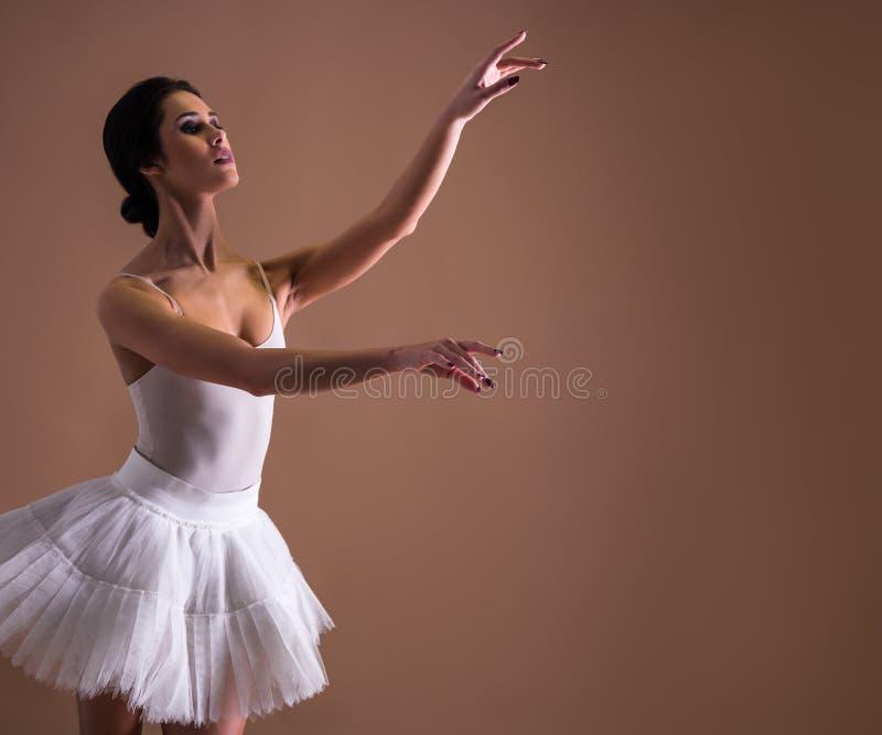 Młody piękny kobieta baletniczego tancerza taniec w spódniczce baletnicy obraz royalty free