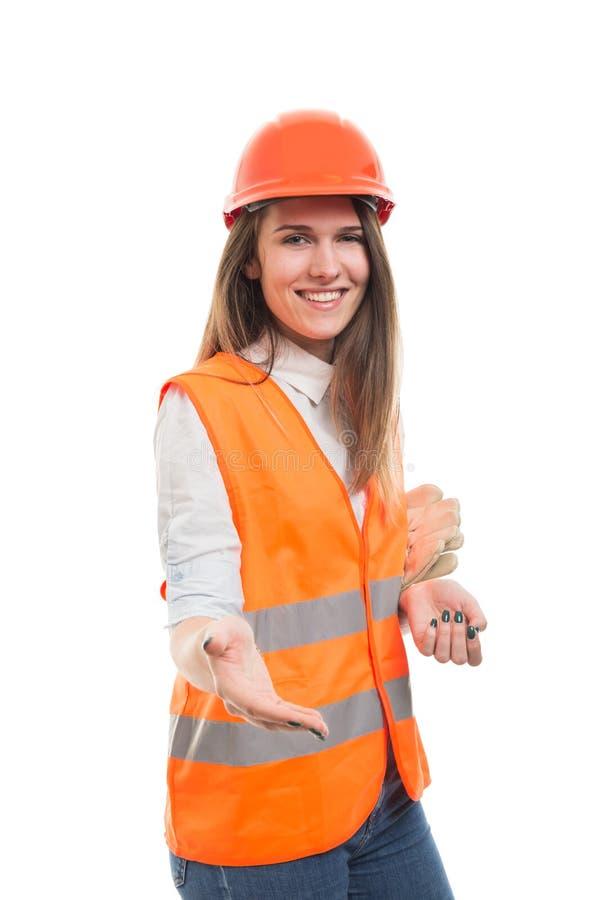 Młody piękny kobieta inżynier robi uścisku dłoni gestowi zdjęcia stock