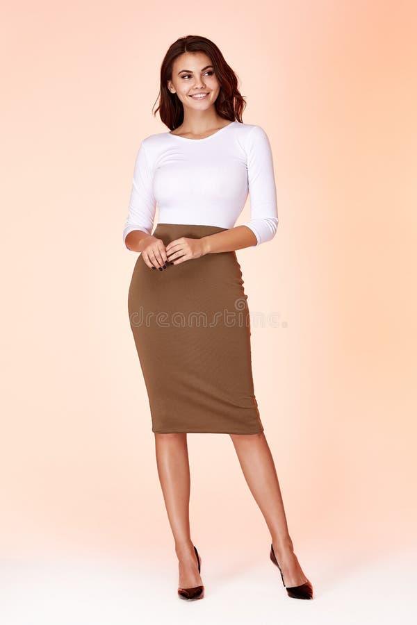 Młody piękny kobieta model w białej bluzki spódnicy chuderlawej sukni obrazy royalty free